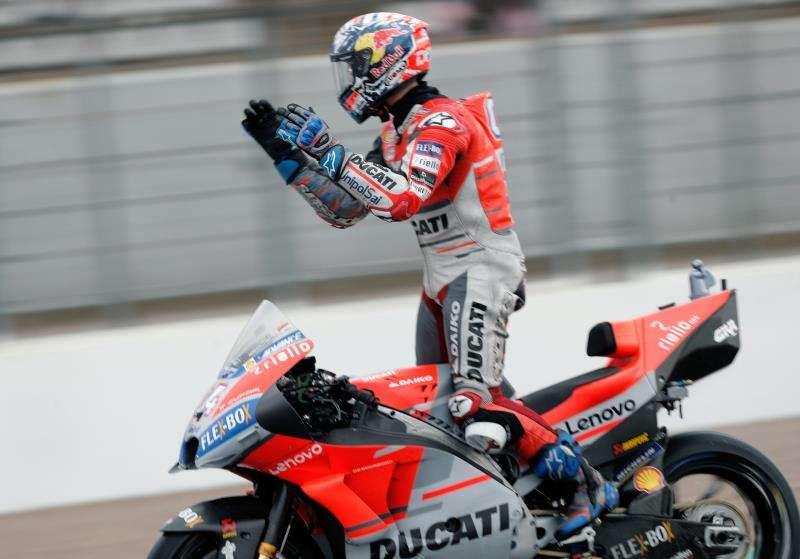 El piloto de Moto GP Andrea Dovizioso saluda a la grada tras ganar la carrera en el circuito Ricardo Tormo de Cheste, �ltima prueba del mundial de motociclismo. EFE