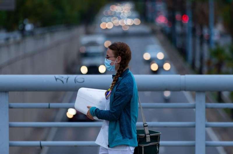 Una sanitaria camina por un puente este jueves. EFE/Enric Fontcuberta