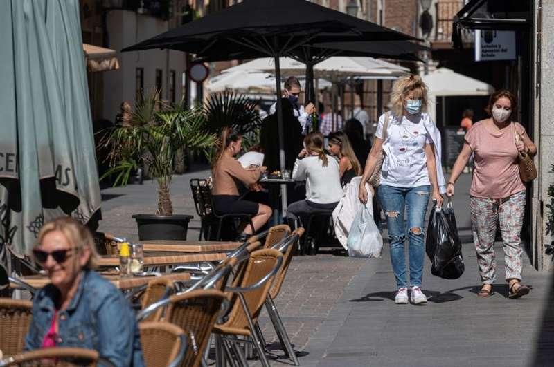 Personas con mascarilla paseando. EFE/Fernando Villar/Archivo
