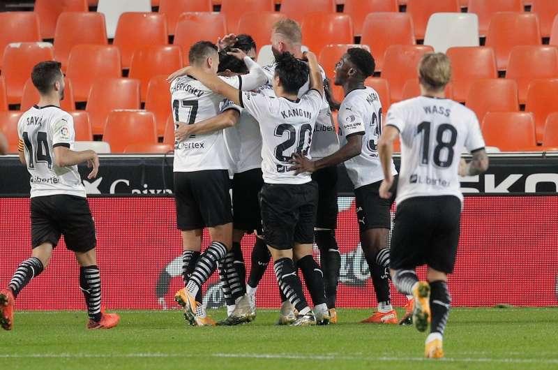 Los jugadores del Valencia CF felicitan a su compañero Carlos Soler por un gol. EFE/ Kai Försterling