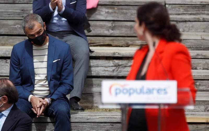 La presidenta de la Comunidad de Madrid y candidata a la reelección, Isabel Díaz Ayuso (d), y Toni Cantó, quinto en la lista de la candidatura de la formación.