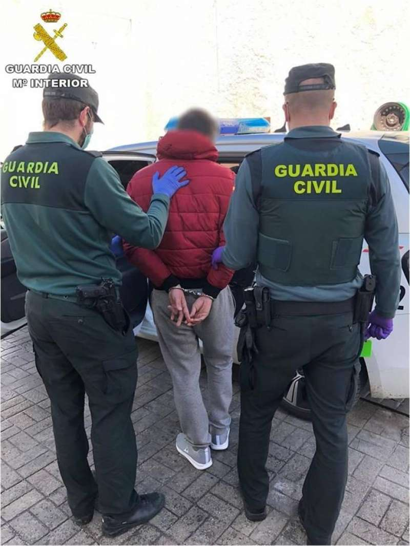 Un agente de la Guardia Civil trabaja en una investigación en Alicante. EFE/Archivo