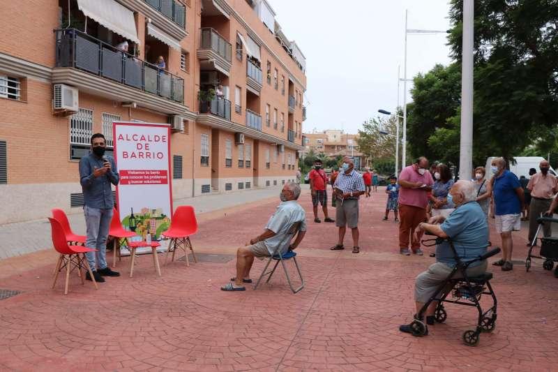 Ayer por la tarde, el alcalde de Sagunto, Darío Moreno, visitaba el barrio Los Ríos de Port de Sagunt. / EPDA