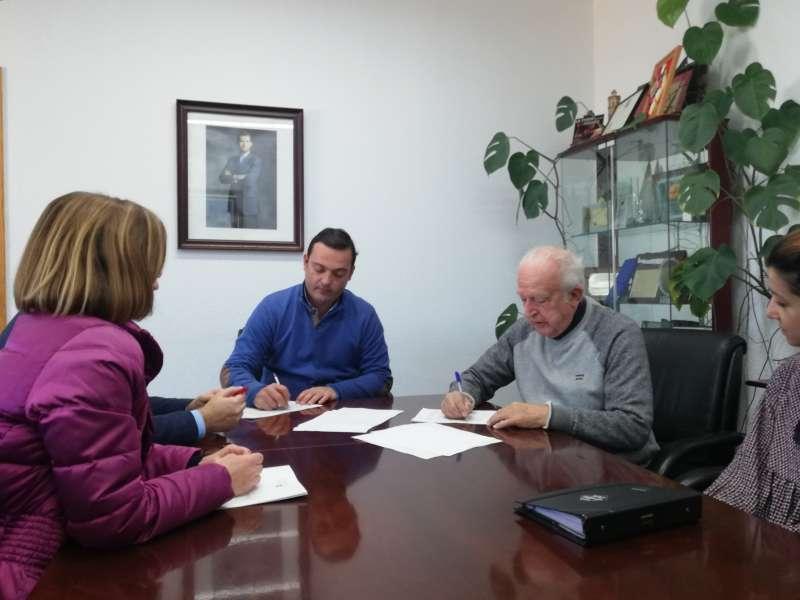 El alcalde de Peñíscola durante la firma del convenio con Cruz Roja.