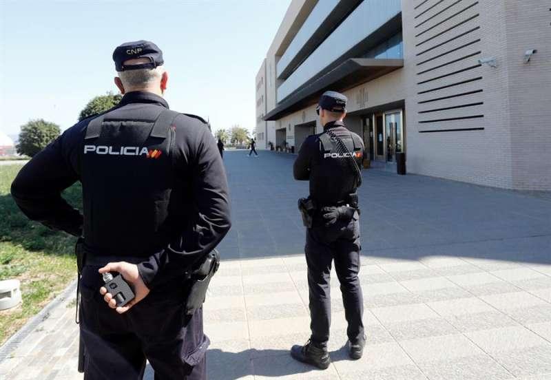 En la imagen, la Polic�a Nacional en la Audiencia de Castell�n. EFE/Domenech Castell�/Archivo