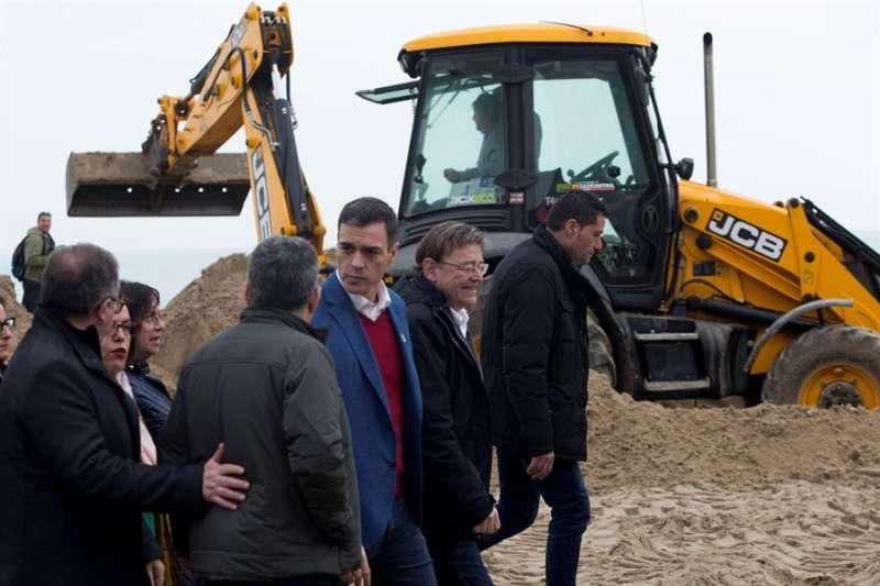 El presidente del Gobierno, Pedro Sánchez, durante su visita a Peñíscola para comprobar los daños del temporal (Castellón). EFE/ Domenech Castello