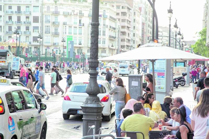 Dos taxis circulan por la calle Xàtiva de València a la espera de clientes / ELVIRA FOLGUERA