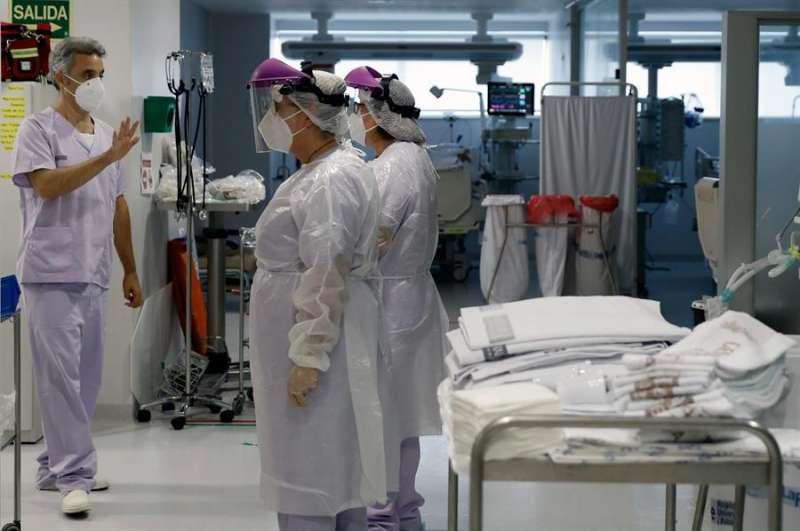 Personal sanitario en una Unidad de Cuidados Intensivos del Hospital La Fe de Valencia. EFE