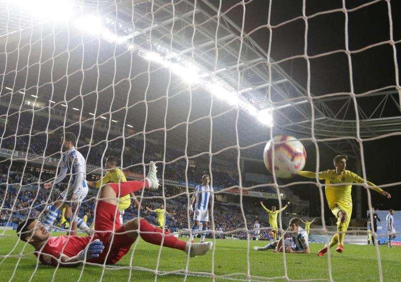 El delantero del Villarreal Gerard Moreno  consigue el primer gol de su equipo ante la Real Sociedad. EFE