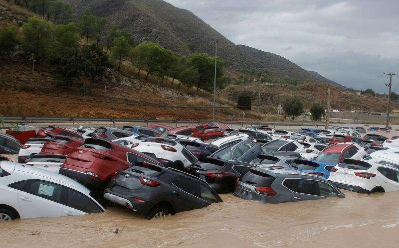 Ciento de coches inundados tras el paso de la Gota Fría en un depósito de vehículos en Orihuela (Alicante).EFE/MORELL