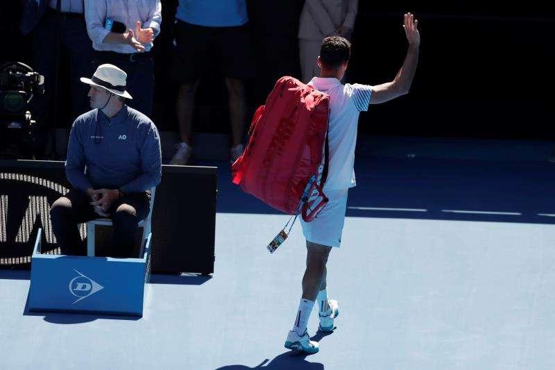 Roberto Bautista Agut de España abandona la pista tras perder este martes ante el griego Stefano Tsitsipras en los cuartos de final del Abierto de Tenis de Australia 2019 en Melbourne (Australia). EFE