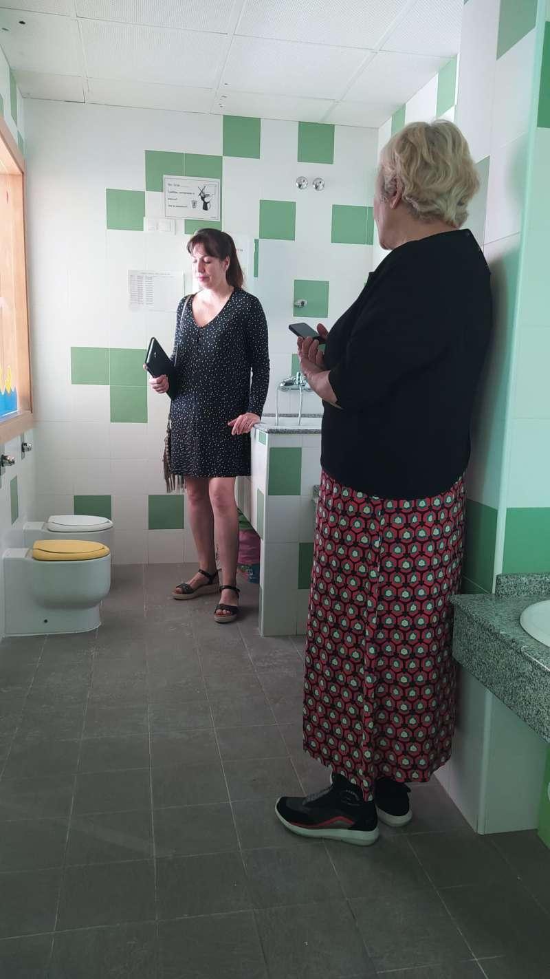 Eva Martínez, concejal de Mantenimiento de Edificios Municipales, acompañada por Gloria Campomanes, concejal de Obras, durante la visita para comprobar las mejoras en las instalaciones. / EPDA