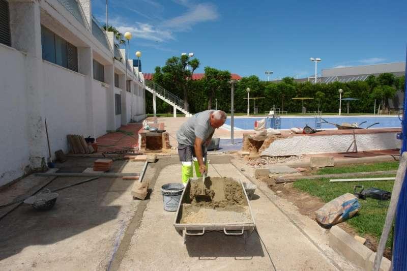 Una imagen de las obras de acondicionamiento de la piscina de Benaguasil. / epda