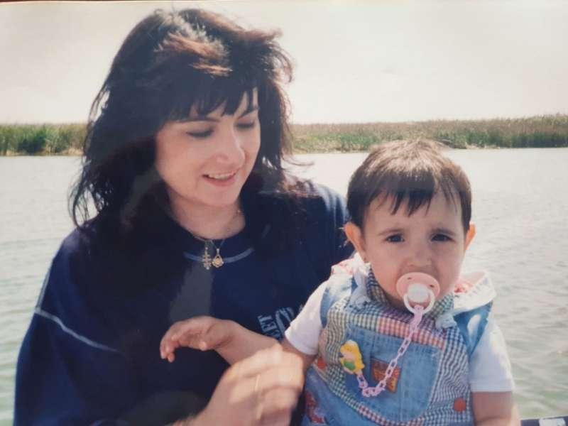 Marisol sostiene a su hija, Marta Calvo, en una imagen de su infancia / EPDA
