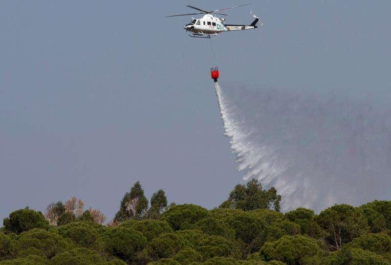 Un helicóptero trabaja en la extinción de un incendio. EFE/Archivo