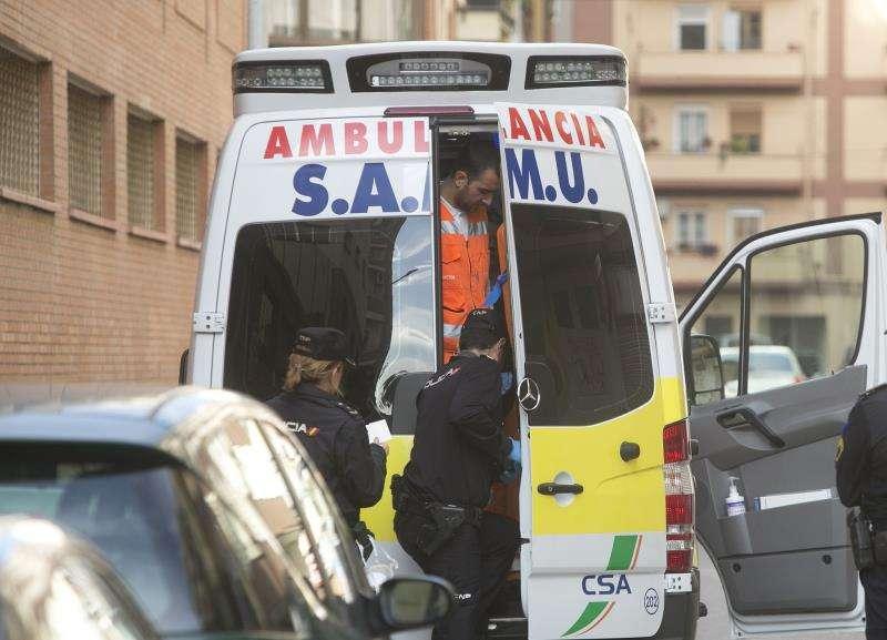 Agentes de la policía y una unidad de SAMU durante una intervención. EFE/Archivo