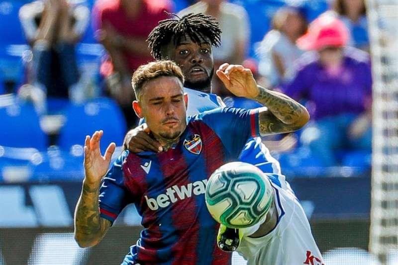 Roger Martí (i), disputa el balón con el jugador nigeriano del Leganés Chidozie Awaziem (d). EFE