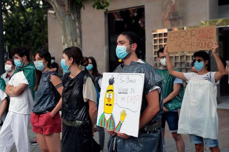 Médicos internos residentes (MIR) en una de sus protestas ante la Conselleria de Sanidad. EFE