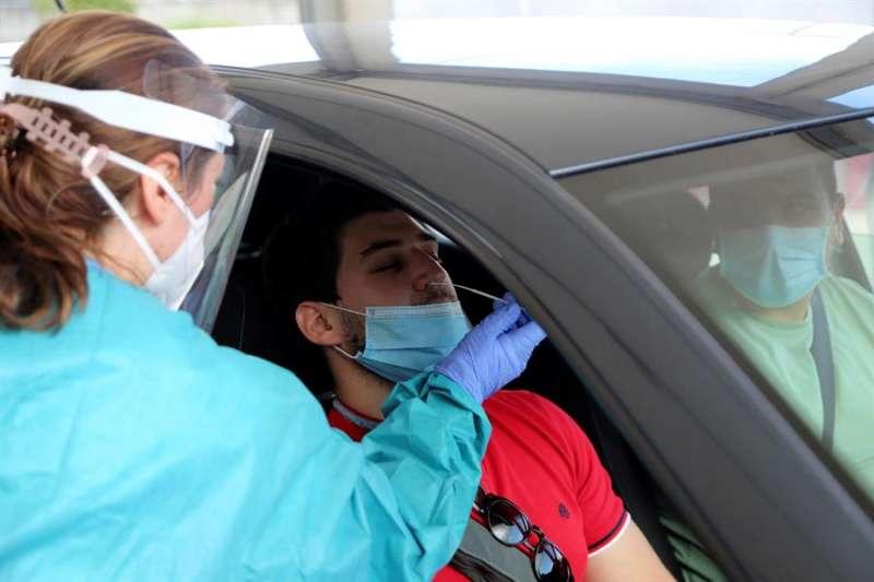 Personal sanitario realiza una prueba de PCR a un hombre. EFE/Salvador Sas/Archivo