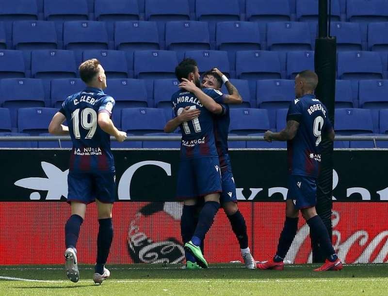 Los jugadores del Levante celebran el segundo gol. EFE/Alberto Estévez