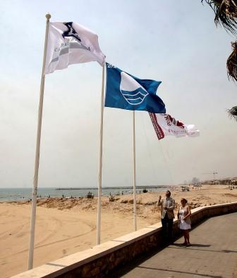 La alcaldesa Merche Sanchis y el concejal Salvador Ávila fueron los encargados de realizar el acto simbólico del izado de las tres banderas. Foto: EPDA.