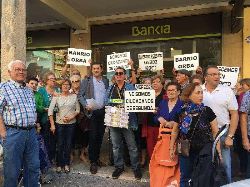 Alcalde de Alfafar y vecinos del barrio Orba frente a la sucursal de Bankia. EPDA