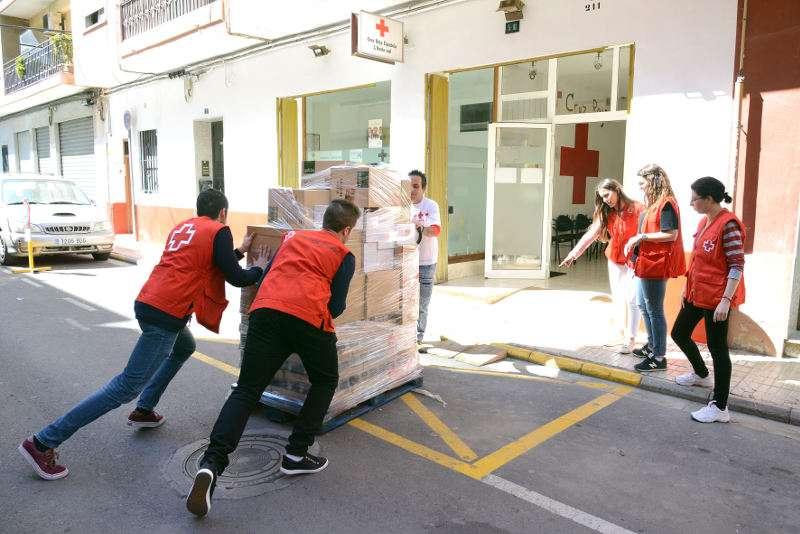 Voluntaris de Creu Roja transportant els aliments. EPDA