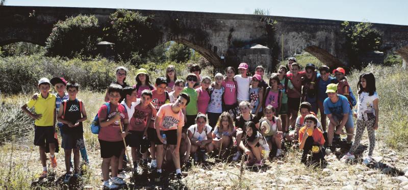 Estudiantes del colegio el Braçal en su visita al monumento. //EPDA