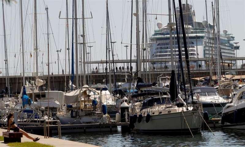 Imagen de archivo de un crucero entra en el puerto de València. EFE/Juan Carlos Cárdenas