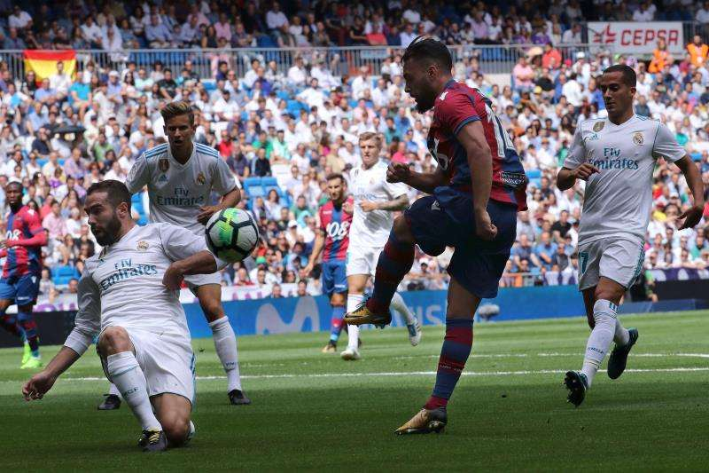 El defensa del Real Madrid Dani Carvajal (i) disputa un balón con el jugador del Levante Iván López