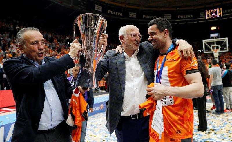 Los hermanos Roig y Rafa Martínez celebran el título