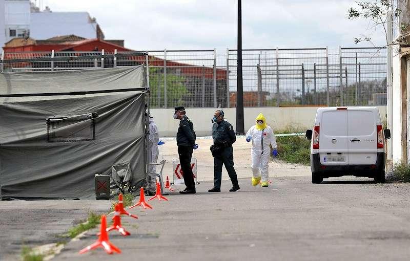 Dos agentes de la Guardia Civil aguardan ante la carpa instalada ante el cuartel para realizar tests de detección de coronavirus. EFE
