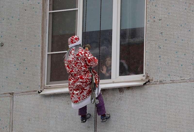Un hombre se descuelga por una pared vestido de Papá Noel. EFE/Archivo