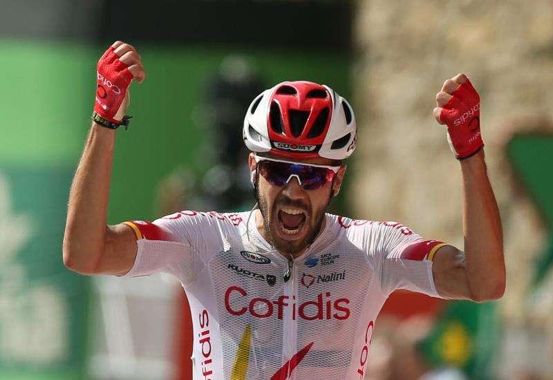 El ciclista español Jesús Herrada, del equipo Cofidis, celebra su victoria este jueves en la sexta etapa de la Vuelta a España 2019, celebrada entre los municipios de Mora de Rubielos y Ares del Maestrat, y con un recorrido total de 198,9 kilómetros. EFE