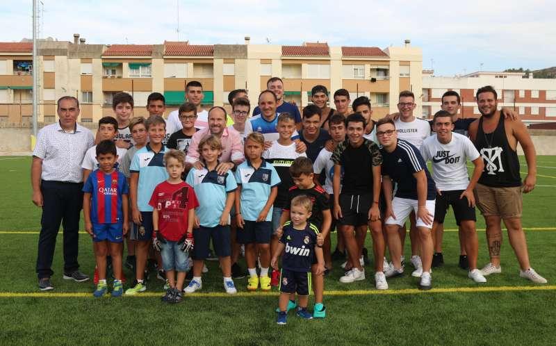 Mateu Lahoz con jugadores, alcalde y presidente