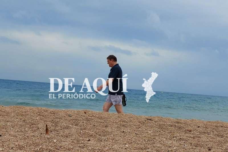Ximo Puig, en la playa de les Deveses. EPDA