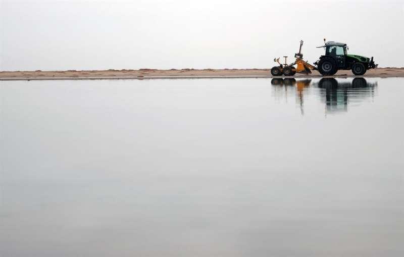 Varios operarios trabajan este jueves en la Playa de las Arenas, en València, donde han comenzado las labores de limpieza de los destrozos causados el paso de la borrasca