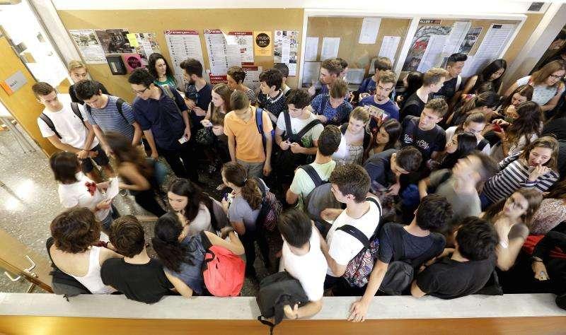 Una profesora llama a los universitarios a clase. EFE/Archivo