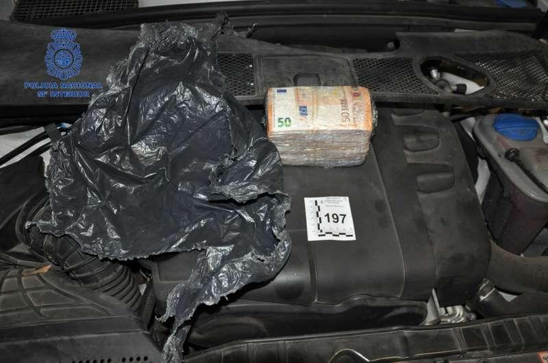 Parte del dinero encontrado en los coches de los arrestados./epda