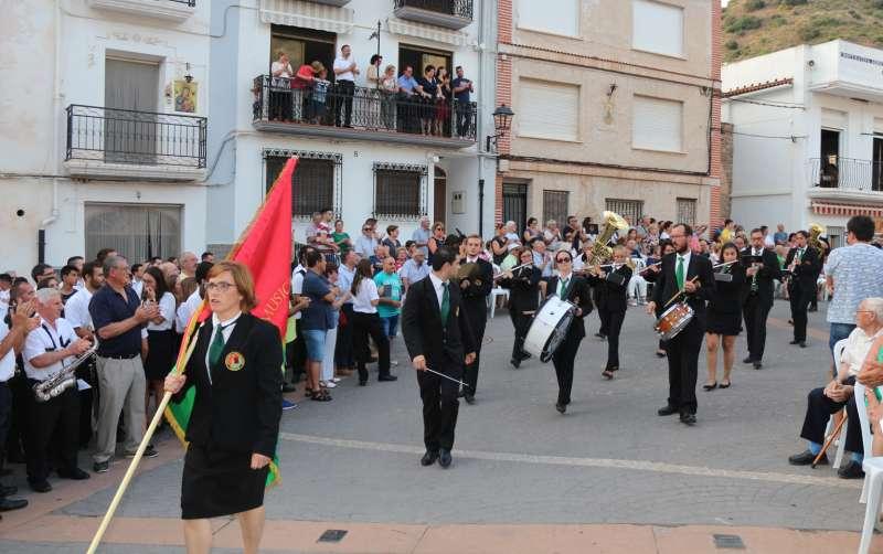 La banda anfitriona entrando a la plaza