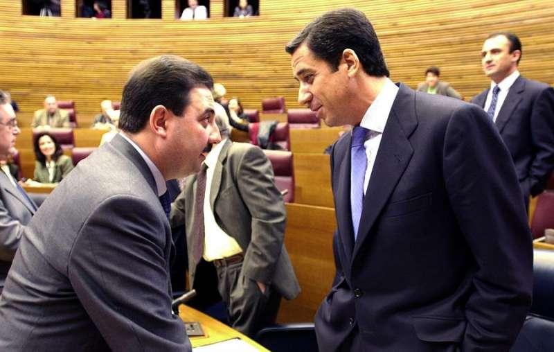 Un entonces president de la Generalitat Eduardo Zaplana conversa con Fernando Castelló, que entonces era conseller de Industria y Comercio. EFE