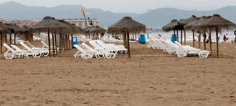Hamacas vacías en la playa de la Malvarrosa en València. EFE/Juan Carlos Cárdenas/Archivo