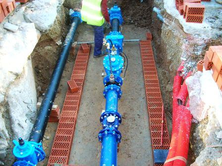 Instalación del sistema de control de la red de agua potable en el Barrio de San Marcelino. Foto EPDA