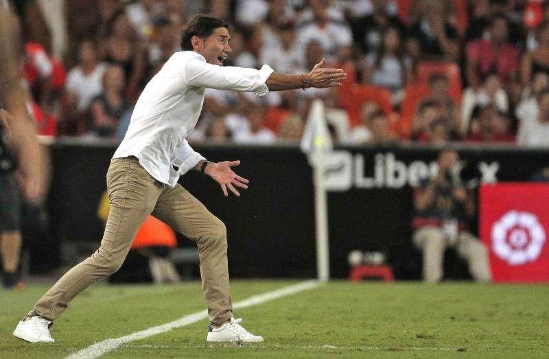 El entrenador del Valencia CF, Marcelino García Toral, da indicaciones a sus jugadores. EFE/Archivo