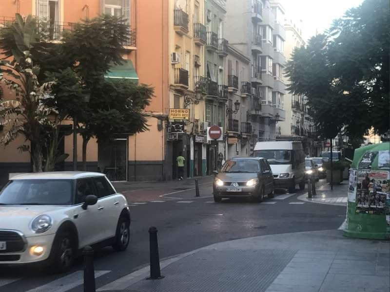 La calle Cuba colapsada desde la Gran Vía a las 8 de la mañana. FOTO EPDA