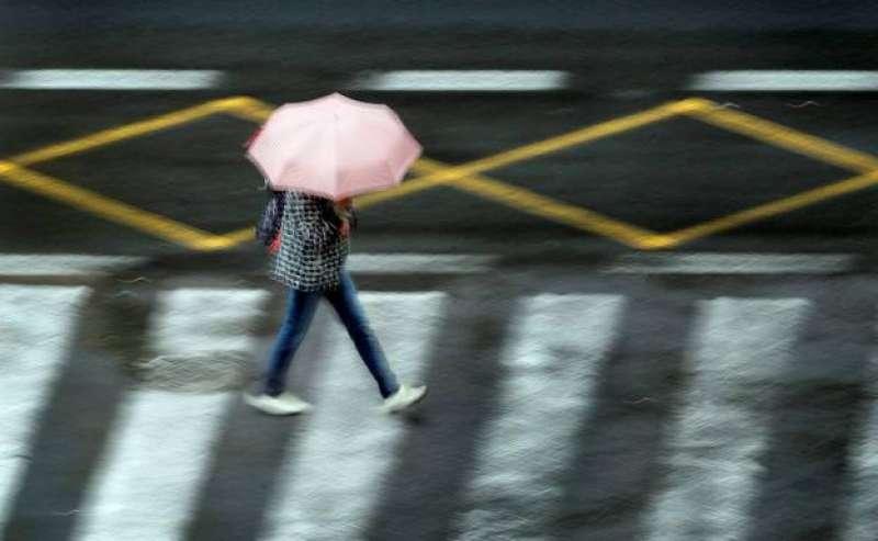 Imagen de una chica en un ambiente lluvioso EFE