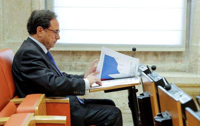 El conseller de Hacienda Vicent Soler, repasando sus notas. EFE/Archivo