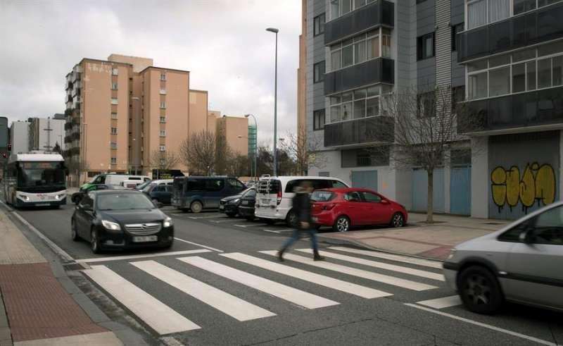 Una mujer cruza por un paso de peatones. EFE/Archivo
