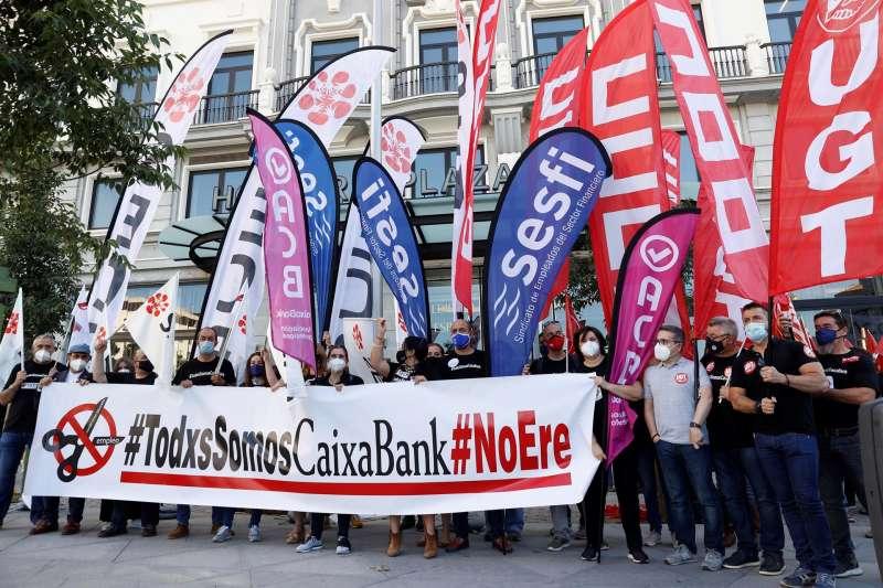 Representantes de trabajadores de Caixabank se concentran en protesta por los despidos que prepara la entidad.