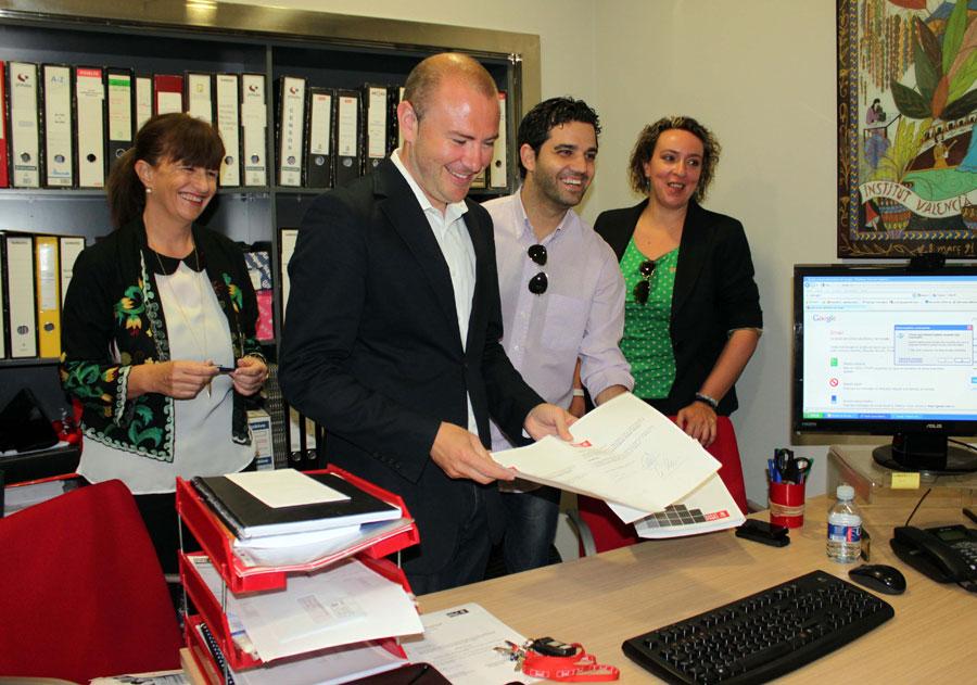Toni Gaspar, presentando los avales en la sede del PSPV. FOTO EPDA